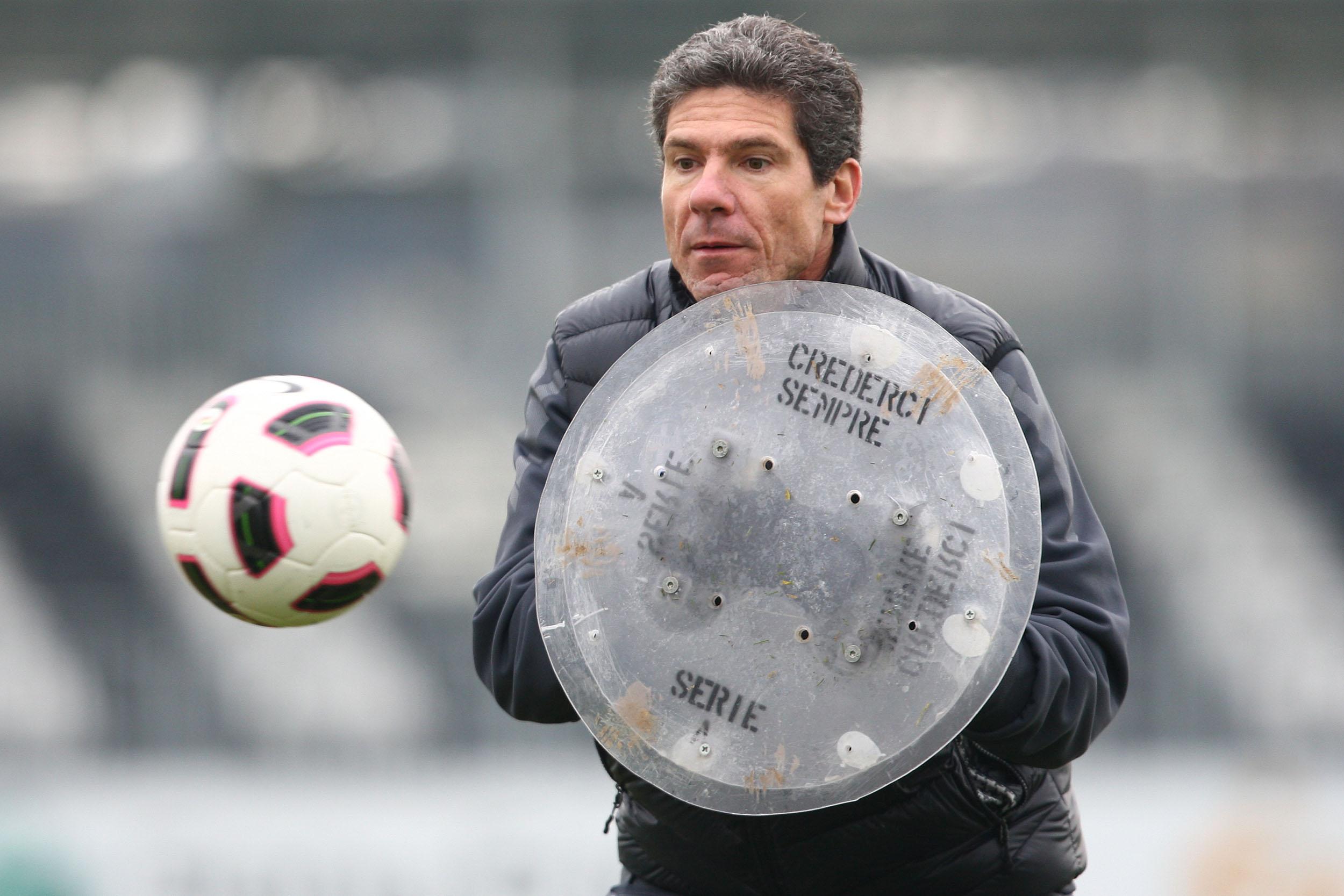 Claudio Filippi e il suo scudo durante una seduta di allenamento
